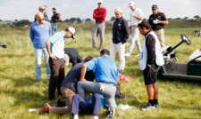 Удар с топка прати голфър в болница