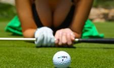 Тези две голфърки ще ви скрият топката (видео)